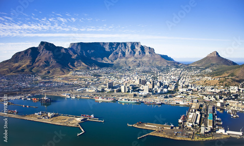 Fototapeta premium Widok z lotu ptaka na centrum Kapsztadu z Table Moutain, Cape Town Harbour, Lion's Head i Devil's Peak