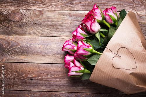 Plakat Bukiet czerwone róże na drewnianym tle - depresja klucz