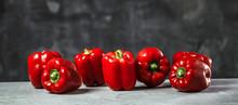 Chefkoch In Der Küche Mit Frischem Gemüse(Paprika)