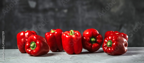Canvas Print Chefkoch in der Küche mit Frischem Gemüse(Paprika)