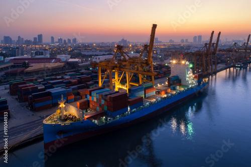 Plakat Stoczni kontenerów w zatłoczonych portach ze statkami są załadunku i rozładunku operacji transportu w porcie międzynarodowym. Z dronu.