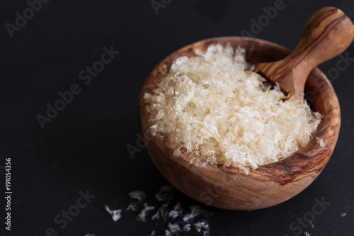 Photo The gellant agent agar-agar seaweed in wooden bowl copy space