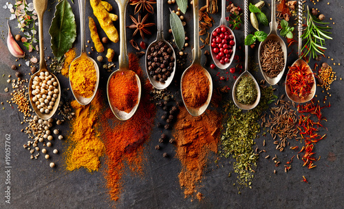 Poster de jardin Nourriture Spices on black background