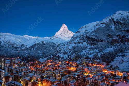 Photo  Early Morning landscape View on Zermatt city village  Valley and Matterhorn Peak