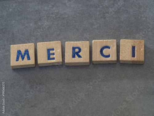 Valokuva  Merci écrit avec des lettres en bois
