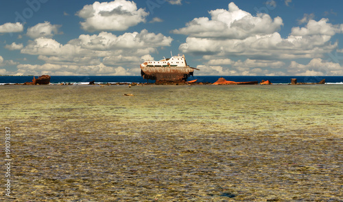 Keuken foto achterwand Schip An old shipwreck or abandoned shipwreck. The ship sat on a coral strand and crumbled.