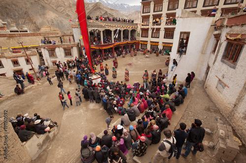 Foto LADAKH, JAMMU AND CASHMIR/ INDIA -JULY 25 2017: Lamas (monks) perform mystic mas