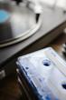カセットテープとターンテーブル