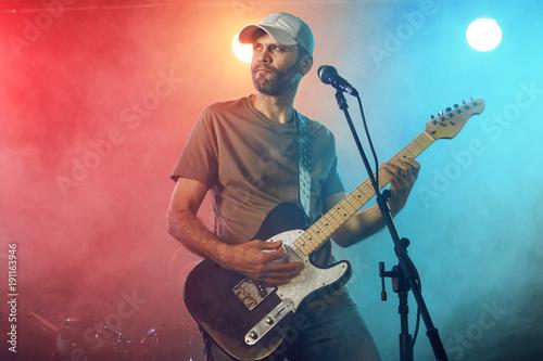 Zdjęcie XXL Gitarzysta występuje na scenie.