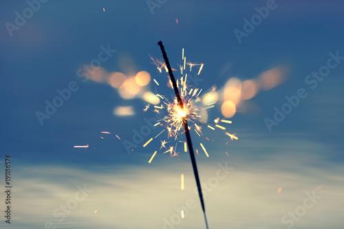 Fotografija  brennende Wunderkerze am See