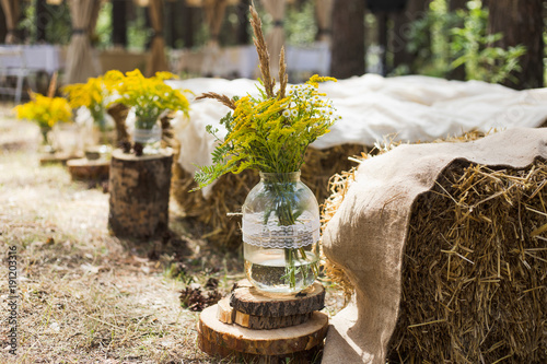 Fotografía Beautifully decorated place in old autumn wood for wedding ceremony