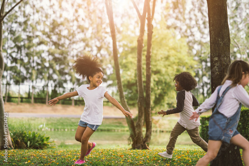 Foto  Cute african american little girl playing outdoor - Black people kid and friend happy