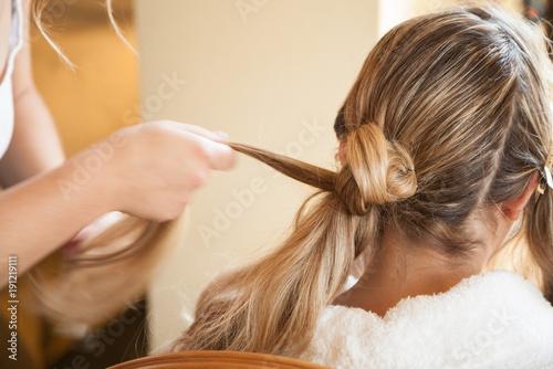Fotografering Mariée se faisant coiffer avant le mariage