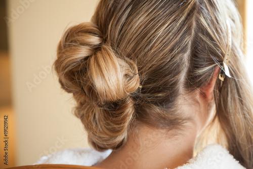 Foto Mariée se faisant coiffer avant le mariage