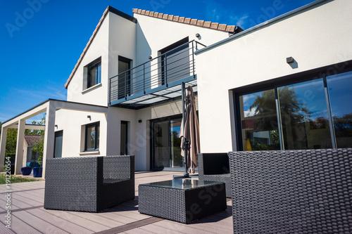 belle maison contemporaine – kaufen Sie dieses Foto und finden Sie ...