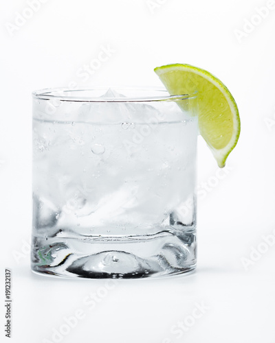 Photographie vodka soda with a lime