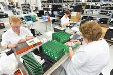Frauen In Einem Werk Für Elektronik Montieren Leiterplatten // Women In A Factory For Electronics Assemble Printed Circuit Boards