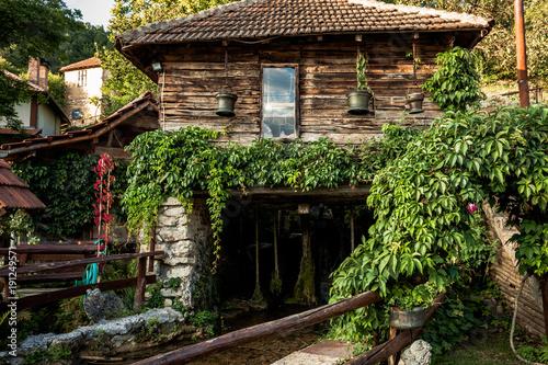 stary-mlyn-wodny-w-gorskiej-wiosce-letni-dzien