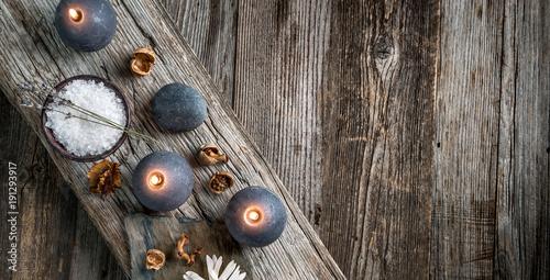 zdroju-wciaz-zycie-na-drewnianym-tle-wierzcholek
