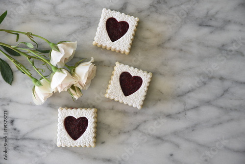 Foto op Aluminium Koekjes Cookies with heart shaped decoration, with flowers, overhead view