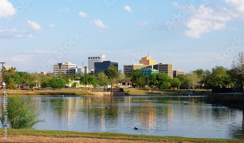 Autocollant pour porte Texas Downtown Midland, Texas on a Sunny Day as Seen Over the Pond at Wadley Barron Park