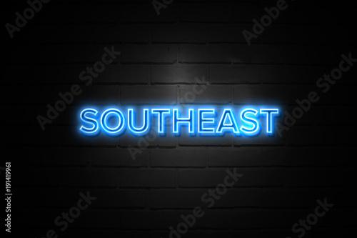 Foto  Südöstliches Neonzeichen auf brickwall