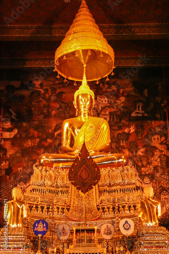Fotografía  Statue of a golden Buddha inside a temple