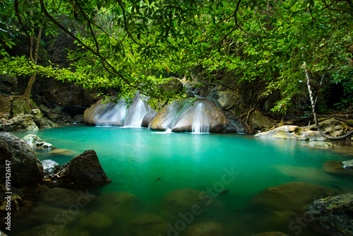 Montage in der Fensternische Wasserfalle Erawan waterfall in Thailand