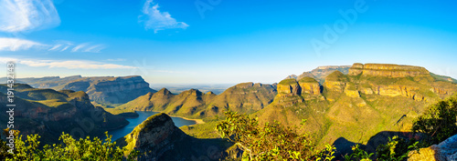 Spoed Foto op Canvas Turkoois Panorama view of a Sunset over Blyde Caniyon Dam and the three Rondavels of Blyde River Canyon Nature Reserve on the Panorama Route in Mpumalanga Province of South Africa