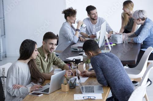 Fotografía  Cooperation between coworkers and businesswoman