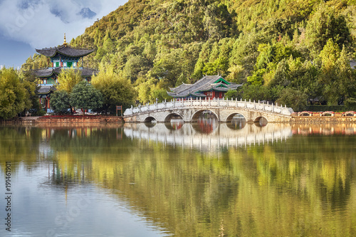 In de dag China Suocui Bridge in the Jade Spring Park in Lijiang Old Town, China.