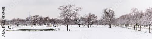 Papiers peints Paris A panoramic view of a park in Paris under the snow