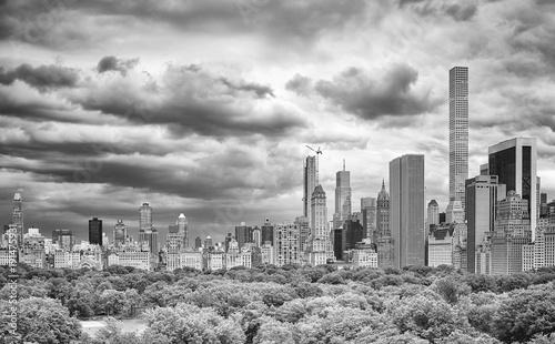 Plakat Burzowy niebo nad central park i Manhattan linią horyzontu, Nowy Jork, usa.