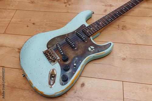 Photo Alte E-Gitarre im Relic-Look mit Metall Schlagbrett und Peace-Zeichen