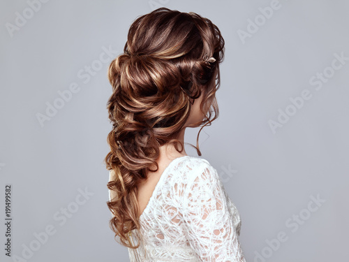 Cadres-photo bureau Salon de coiffure Brunette Woman with Long and shiny Curly Hair. Beautiful Model Lady with Curly Hairstyle. Care and Beauty Hair products. Care and Beauty of Hair