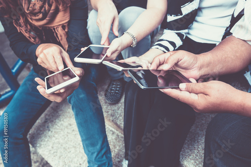 Foto  group of people using smart phone for online shopping or ecommerce concept