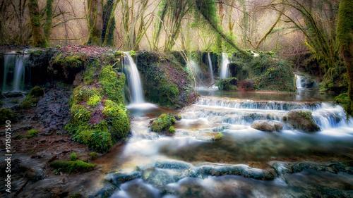 strumien-biegnie-przez-las-tworzac-wiele-malych-wodospadow