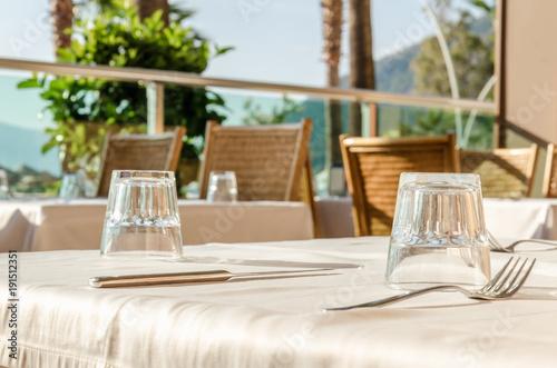 Fototapeta Serwowane stoły śniadanie w restauracji na luksusowym lunchu na plaży ośrodka palmowego