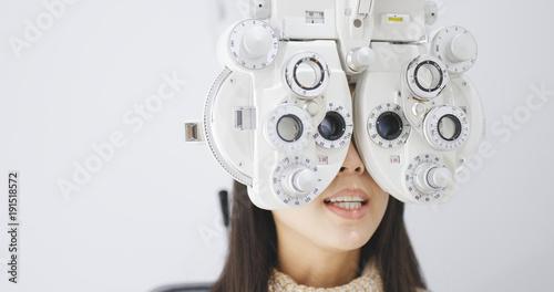Fotografía  Young Woman doing eye test