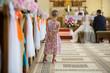 canvas print picture - Mädchen beobachtet Brautpaar bei Trauung in Kirche
