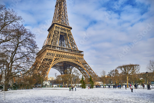 Staande foto Parijs Scenic view to the Eiffel tower on a day with heavy snow