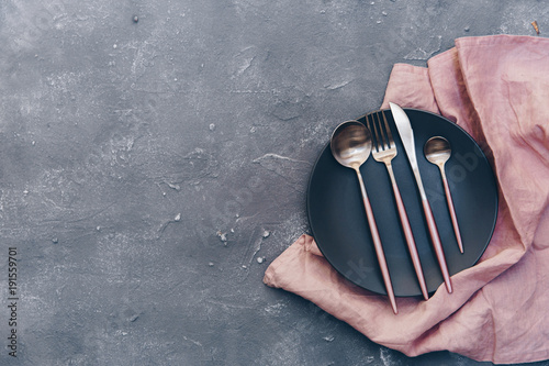Fotografía  Top view of ceramic plates on linen and rustic silverware on blue shabby chic su