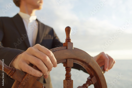 Fotografía  Captain. Hands on ship rudder.