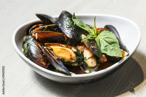 Fotobehang Schaaldieren Plate with mussels in a hot perrer sause