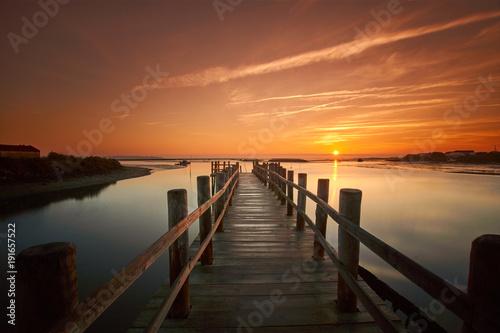 Fotografia old sea pier at sunrise
