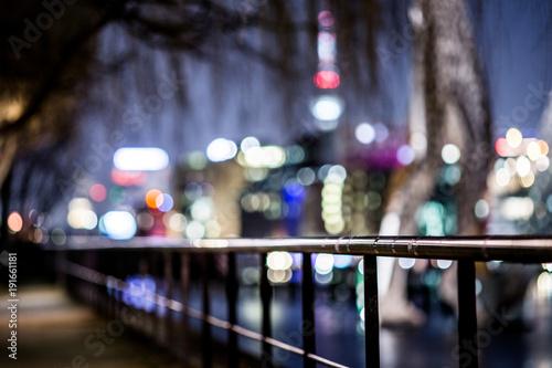 Fotografia, Obraz  Blick über scharfes geländer auf unscharf verschwommenes berlin