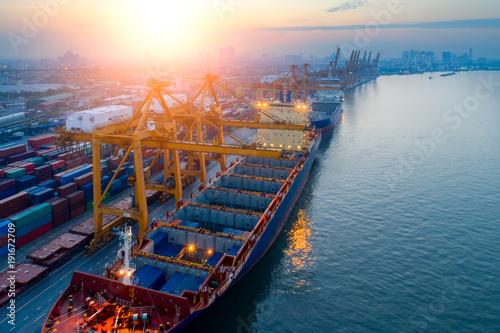 Plakat Kontenery stoczni w zatłoczonych portach ze statkami są ładowanie i rozładowywanie operacji transportu w porcie międzynarodowym. Z dronu.