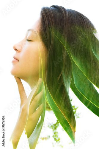 Photo sur Aluminium Spa Double exposure profile of a young natural beauty with closed eyes, relaxing and softly touching her throat and chin as her face and hair combine perfectly with bright tropical leaves