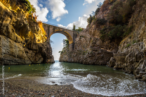Fotografía  Furore is a fjord bay on Amalfi coast with the bridge over the sea