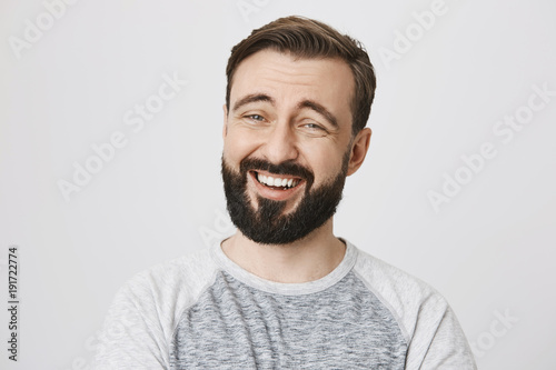 Photo Adult man with beard and moustache laughing looking at the camera over white background